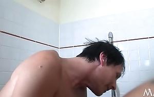 Das Badezimmer ist nicht gro&szlig_ und trotzdem sind beide go west Hosen los