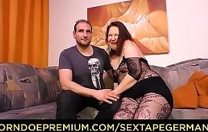 SEXTAPE GERMANY - Molliges Mediocre Pä_rchen aus Deutschland dreht ein Sexvideo auf dem Sofa