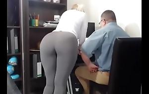 Secretaria tiene orgasmos frente a su jefe - hi...