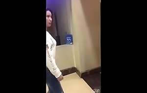 跟踪骚货到家楼梯站操强奸