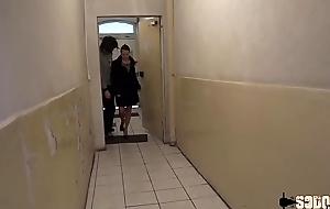 Caro aime shivering sodomie elle se prend deux chibres dans le cul
